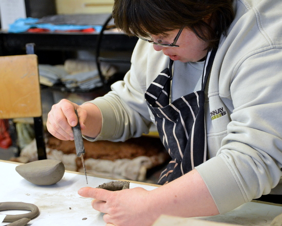 Student from Rowan, Cambridge starts a bird using a clay mould and coiling