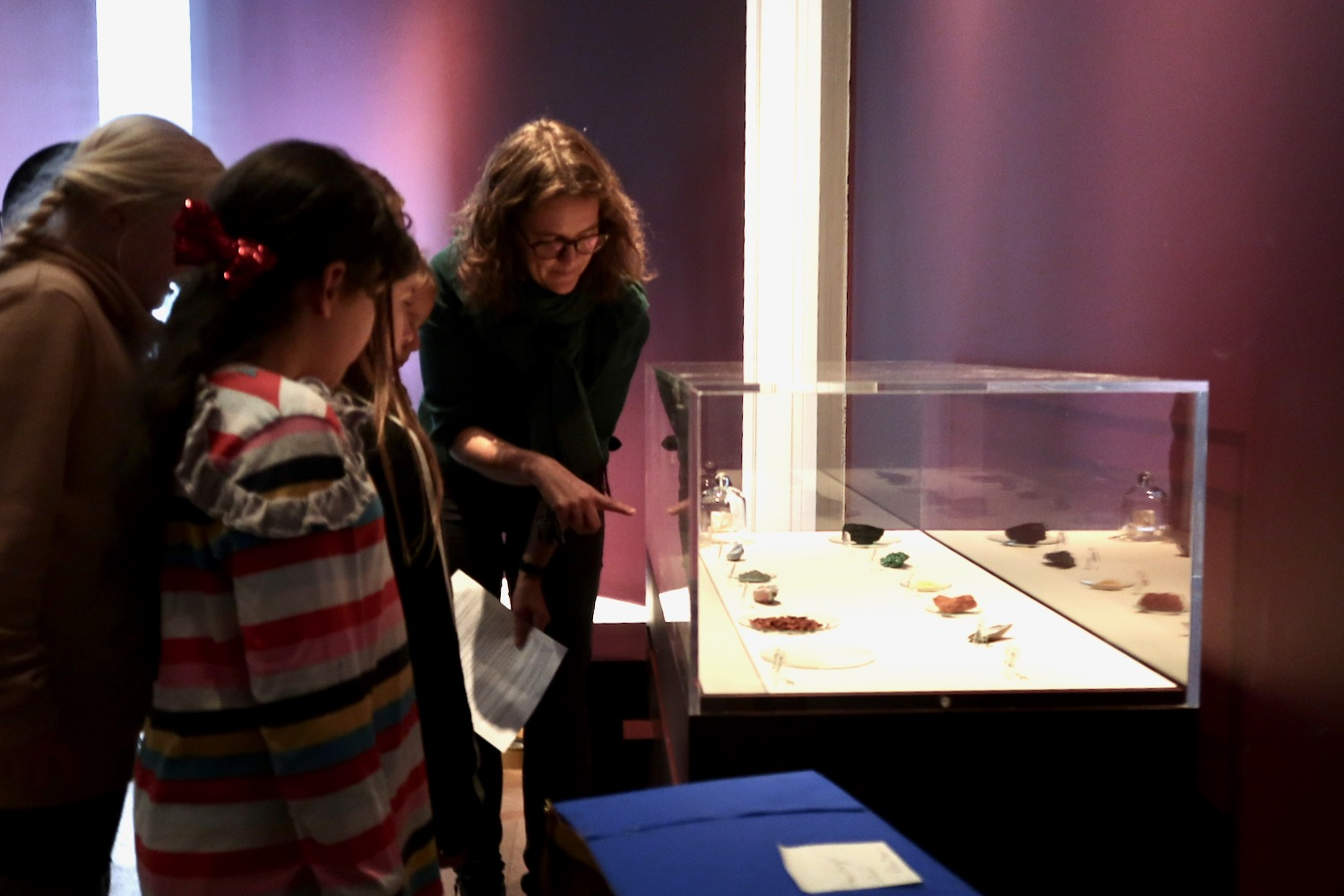 Kate Noble shows children the natural minerals, rocks and materials which would have been used by Del Sellaio to make his panel of Cupid and Psyche