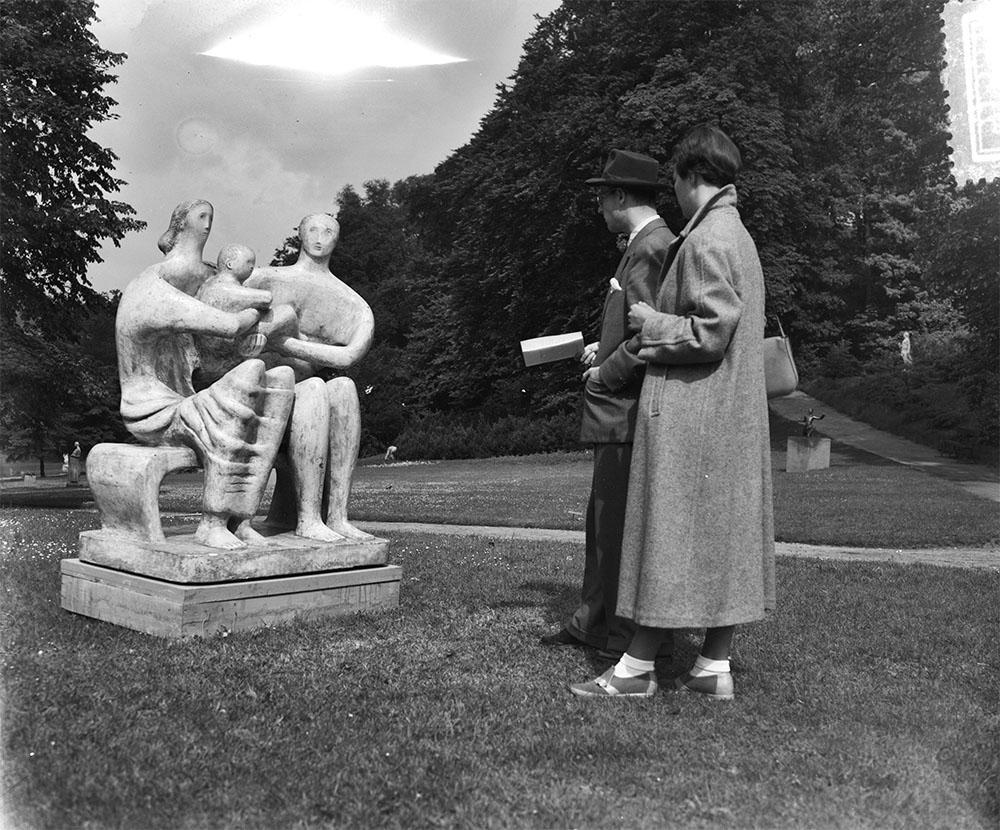Tentoonstelling beeldhouwwerken Sonsbeek Arnhem. Family Group (Henry Moore), Bestanddeelnr 905-1531.jpg