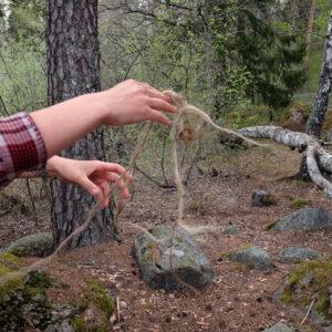 Inga-untangles-flax-that-she-has-woven-by-Mostyn-de-Beer